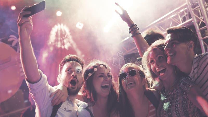 Leuteclubbing und -tanzen an der Partei stockbilder