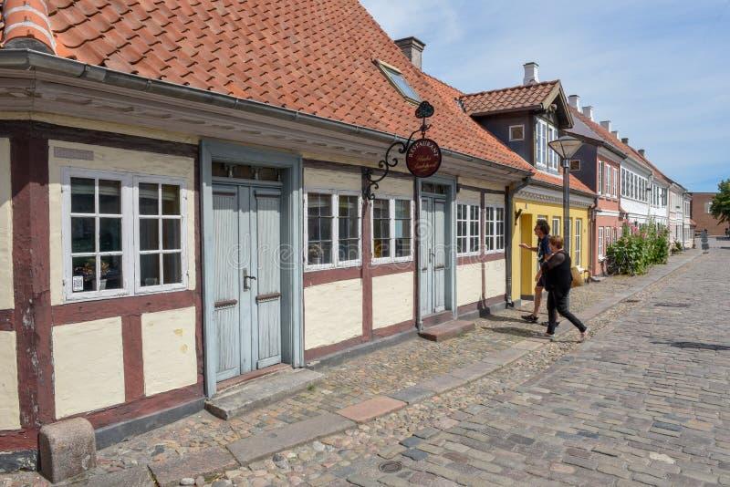 Leuteeinkaufen in den alten Häusern von Odense auf Dänemark stockfotografie