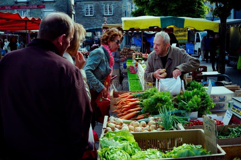 Leuteeinkaufen am lokalen Straßenmarkt für Frischgemüse stockfoto