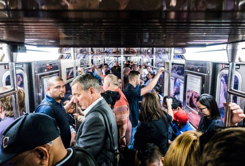 Leutefahrt-U-Bahn während des Nachmittages in Manhattan lizenzfreie stockbilder