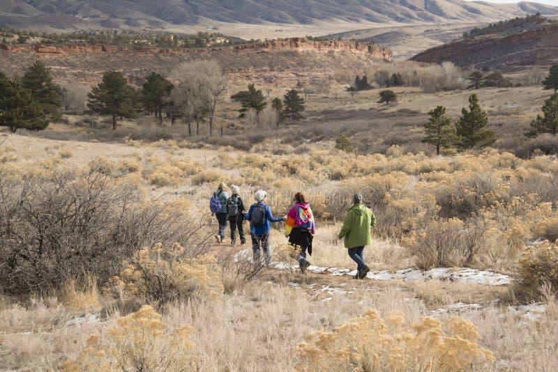 Leutefrauenwanderer, die auf Bobcat Ridge Natural Area auf der szenischen Schleifenspur westlich Masonville und Loveland, Colorad stockfoto
