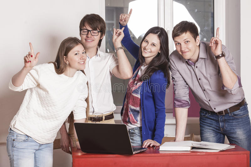Leutefreunde, die zu Hause am Tisch arbeiten stockfotos