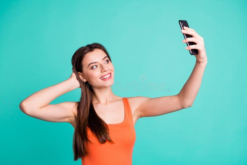 Leutegriffhandfreizeitfeiertage des Porträts machen reizend attraktive Fotos, die Videopositiver netter lebhaftinhalt genießt stockbilder