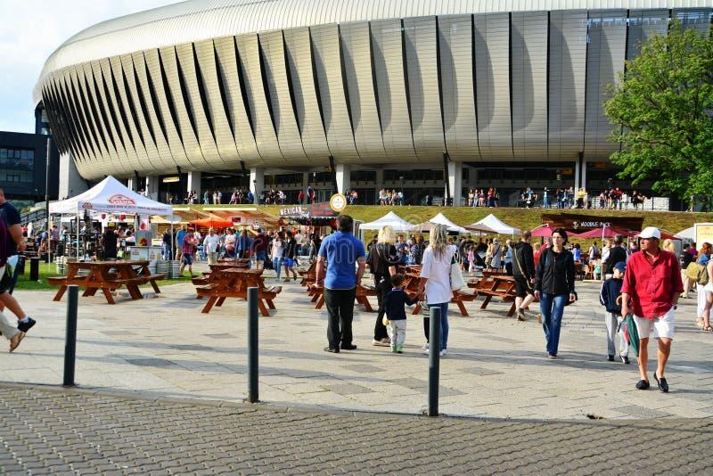 Leutemenge zum Straßen-Lebensmittel-Festival lizenzfreie stockfotos