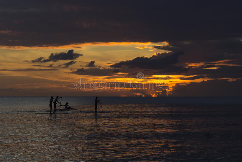 Leutepaddeleinstieg während des Sonnenuntergangs stockfotografie