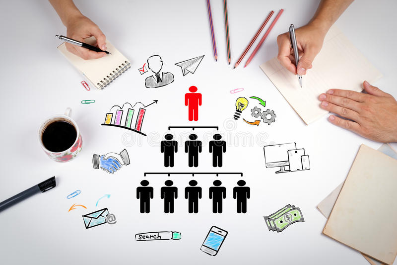 Leutepyramide mit einem Führer an der Spitze und an den Schattenbildern auf allen Niveaus, Geschäft Konzept Die Sitzung am weißen lizenzfreie stockfotografie