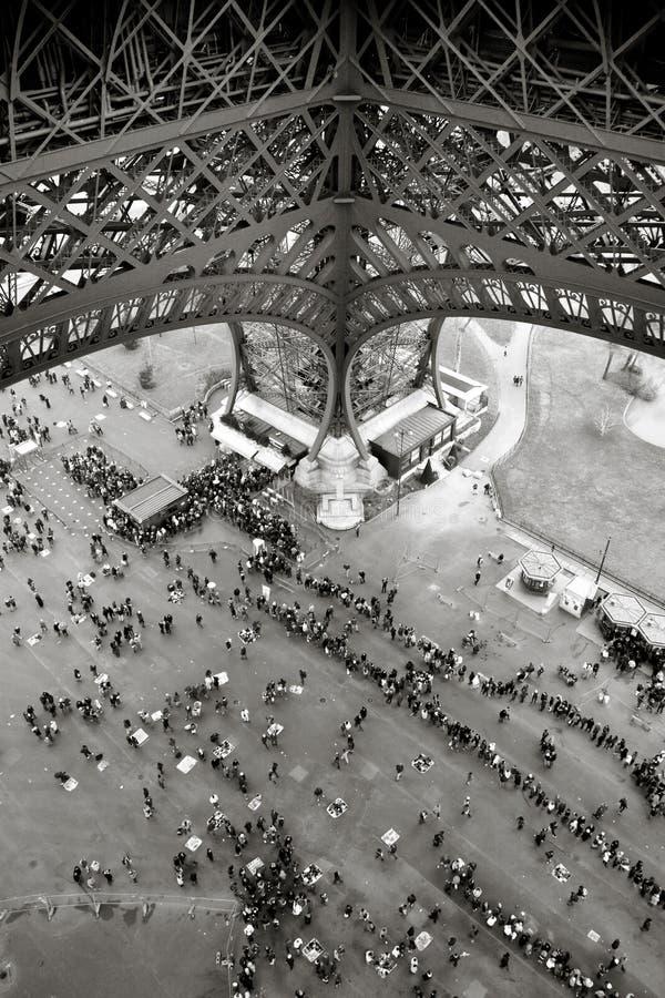 Leuteschlangestehen unter dem Eiffelturm in Paris stockfoto