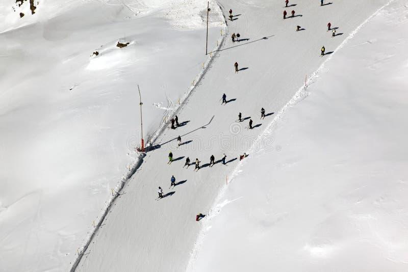 Leuteski fahren und -Snowboarding im schönen Ski Piste in den Alpen St Moritz stockfoto