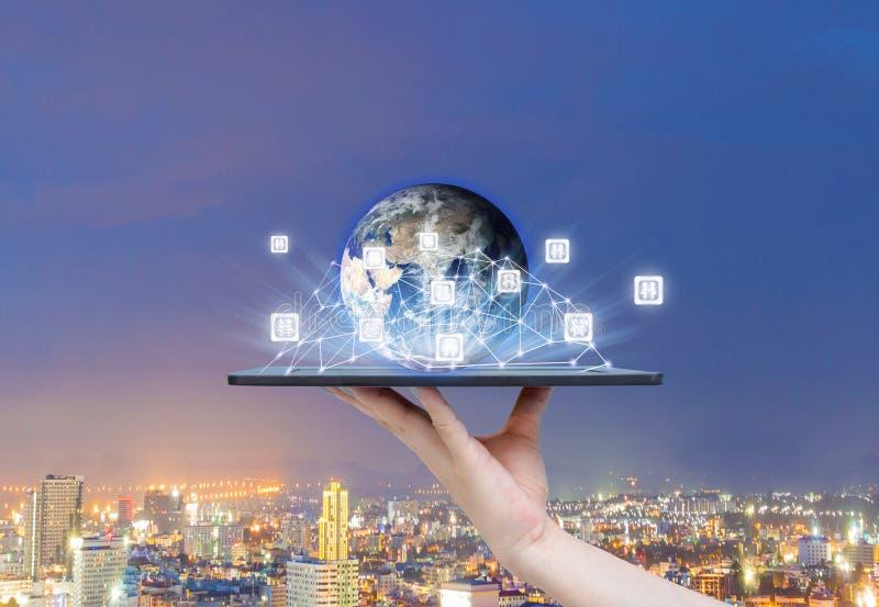 Leutesoziales netz die Welt der Technologie auf den Tabletten des Erdbildes zur Verfügung gestellt von der NASA lizenzfreie stockfotografie