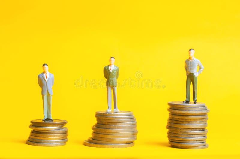 Leutestand auf Spalten von Münzen Das Konzept des Karrierewachstums, die Rate der Ablagerung Kundenloyalitätsprogramm Geschäftswa lizenzfreies stockfoto