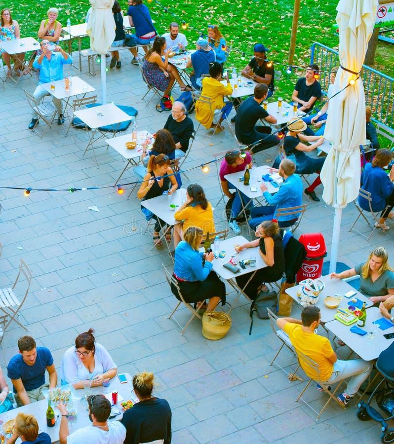 Leutestraßen-Restaurantantenne Frankreich stockfotografie
