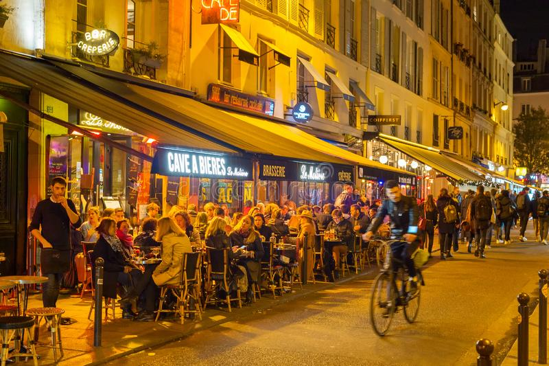 Leutestra?enrestaurant Paris-Nacht stockfoto