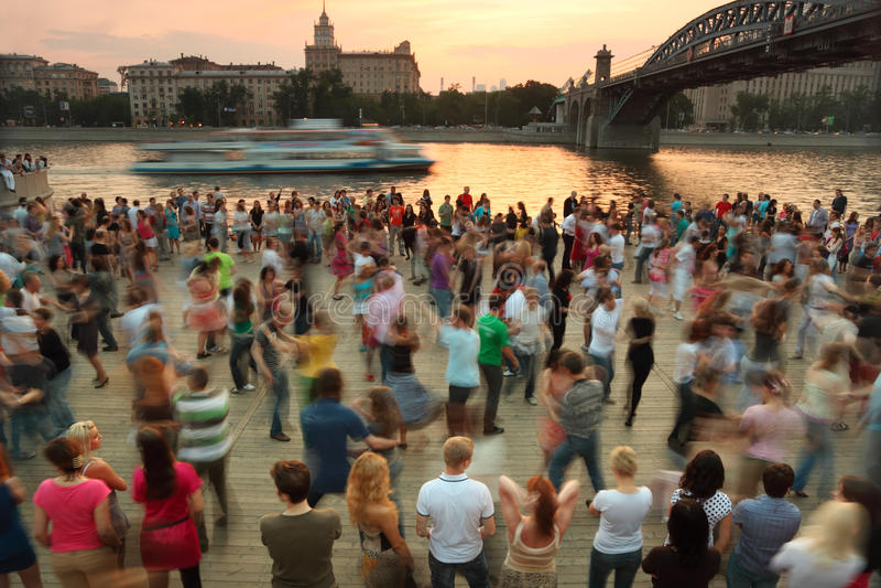 Leutetanz auf Frunzenskaya Damm lizenzfreies stockfoto