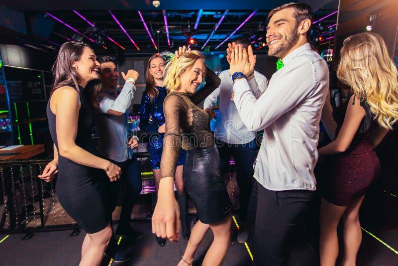 Leutetanzen im Nachtclub stockbild