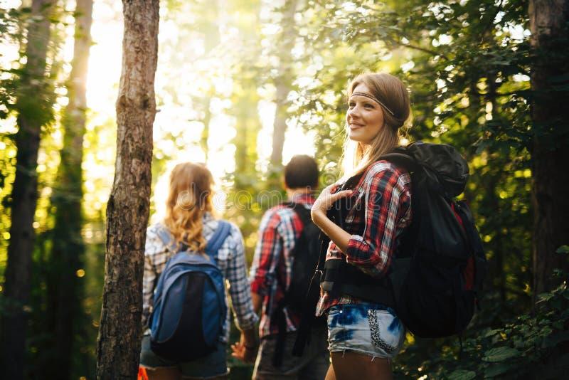 Leutetrekking im Wald und im haben Spa? stockbilder