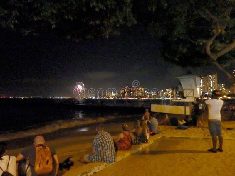 Leuteuhr Feuerwerks-Show auf Queens-Strand lizenzfreie stockfotografie