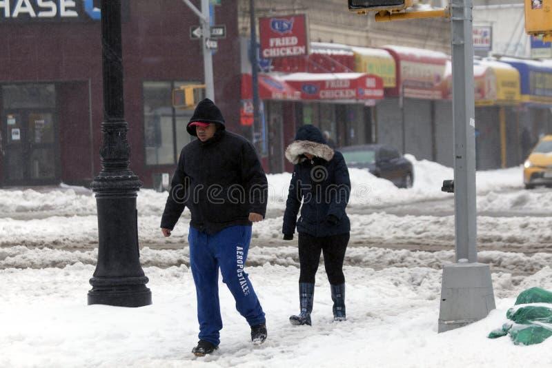 Leuteweg entlang Straße während des Schneesturms lizenzfreies stockfoto