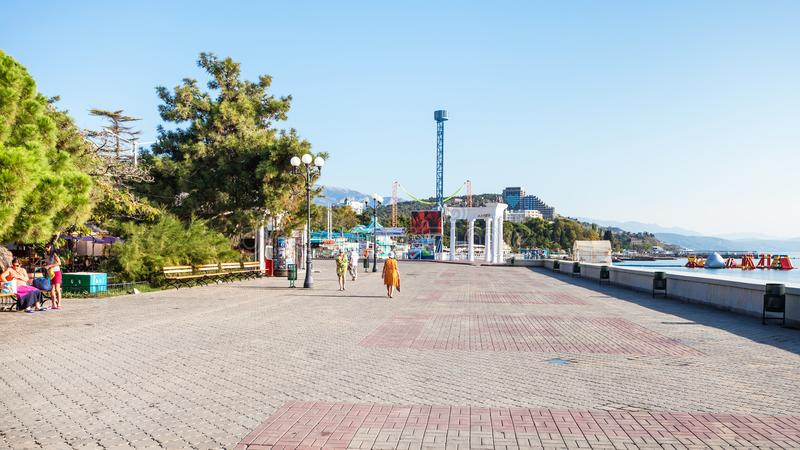 Leuteweg zur Kolonnade in Alushta-Stadt lizenzfreies stockbild