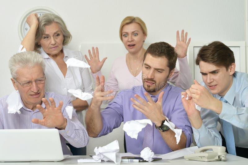 Leutewerfende Papierblätter im Laptop stockbilder