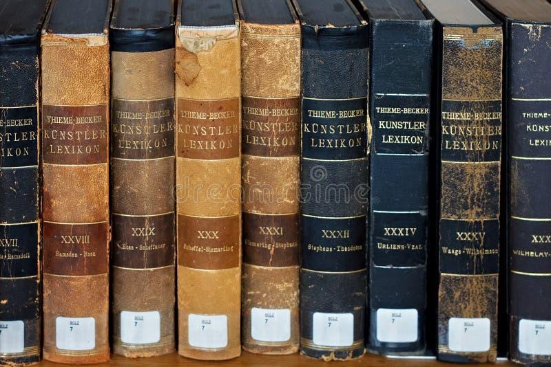 LEUVEN, BELGIË - SEPTEMBER 05, 2014: Boeken van het woordenboek thieme-Becker Kunstler Lexikon in bibliotheek van de Katholieke U stock foto's