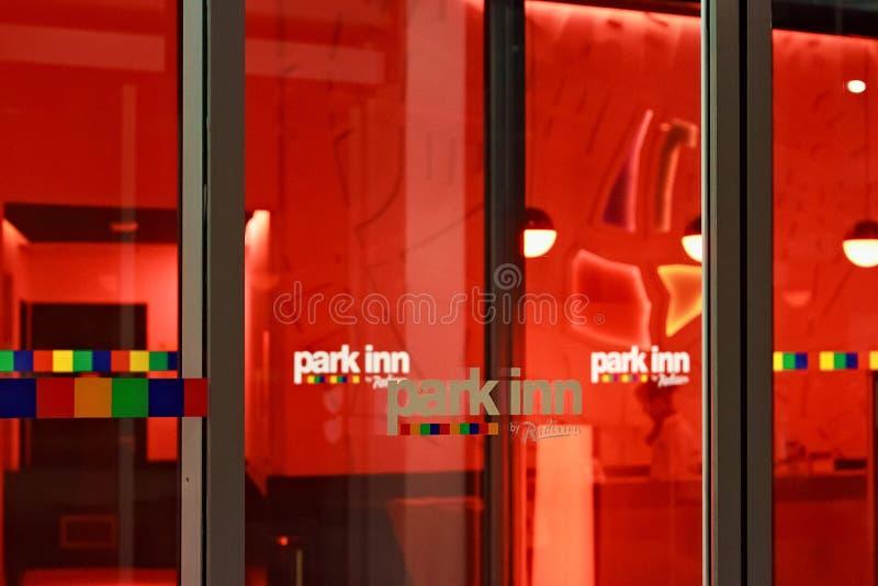 LEUVEN BELGIEN - SEPTEMBER 05, 2014: Detaljer av nattsikten av ingången till hotellet parkerar gästgivargården vid Radisson i Leu arkivbilder
