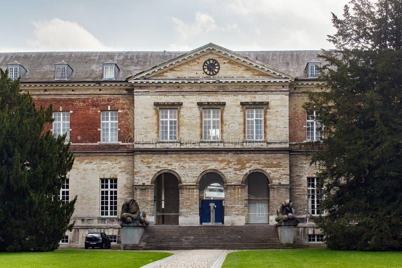 LEUVEN BELGIEN - SEPTEMBER 05, 2014: Huvudsaklig ingång av högskolan för Pauscollege påve` s royaltyfri bild