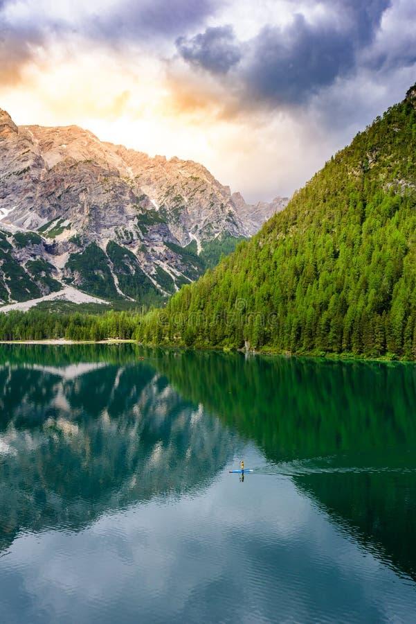 Levántese el tablero de paleta en el lago Braies (también conocido como Pragser Wildsee o Lago di Braies) en las montañas de las  imagen de archivo