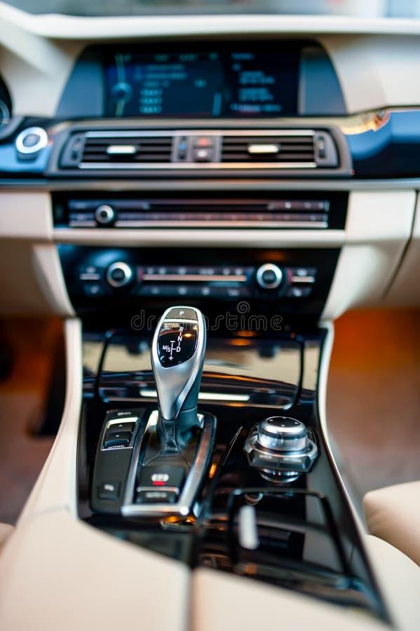 Leva del cambio automatica in una nuova, automobile moderna Interni dell'automobile fotografia stock libera da diritti
