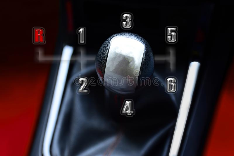 Leva del cambio per la trasmissione manuale per l'azionamento in automobile automotiv fotografie stock