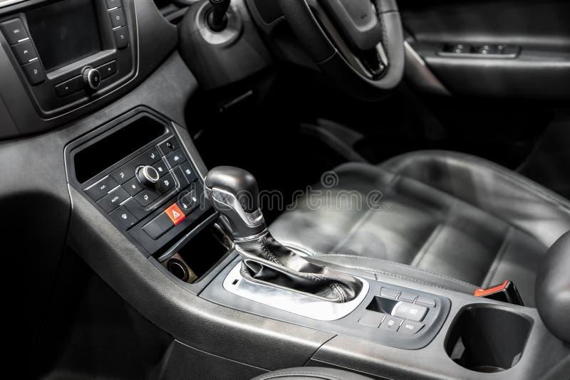 Leva dello spostamento o del cambio con controllo di stato del supporto e dell'aria di tazza in automobile moderna immagini stock libere da diritti