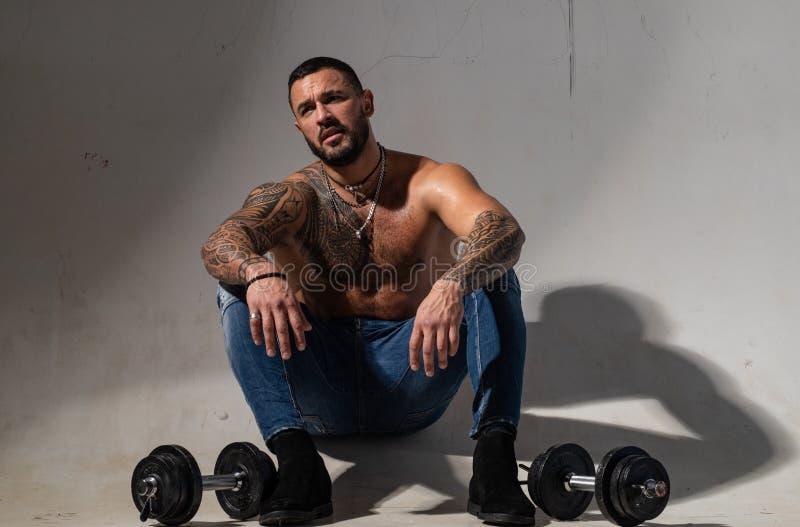 Levage de Dumbell ABS sexy d'homme de tatouage Mode m?le homme macho musculaire avec le corps sportif sportif brutal avec images stock