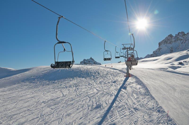 Levage de ski de présidence au-dessus de neige image libre de droits