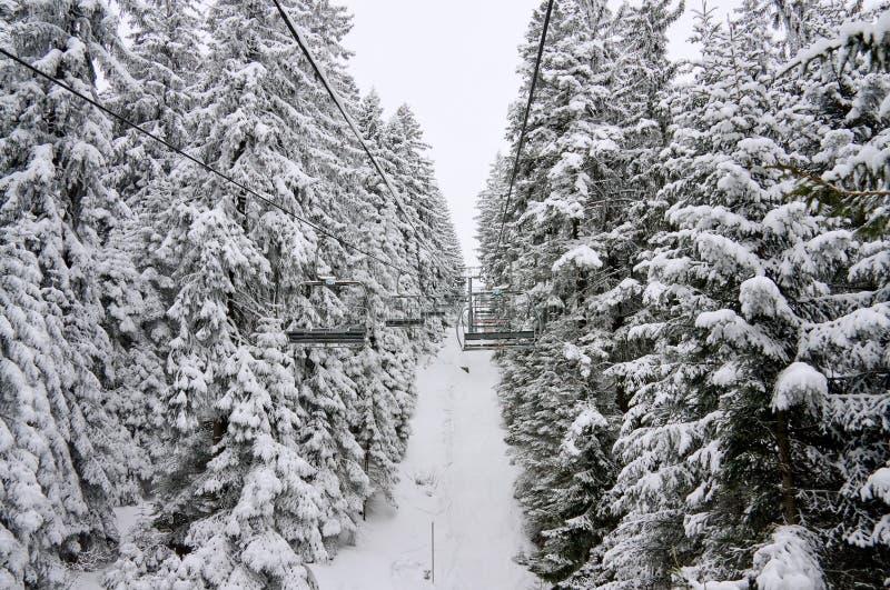 Levage de ski de présidence et horizontal de neige. La Bulgarie photos stock