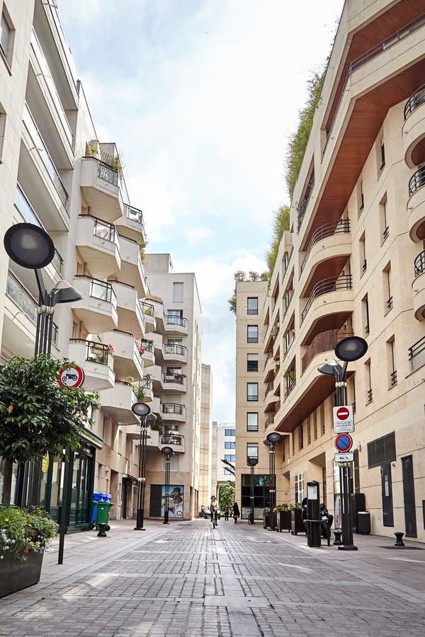 Levallois-Perret, Francja, ulica w nowożytnym obszarze zamieszkałym zdjęcie royalty free