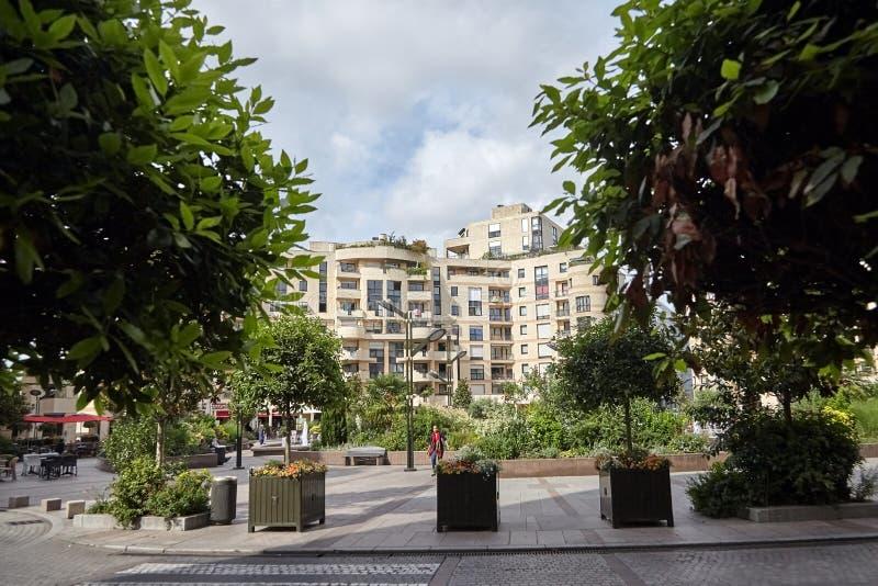 Levallois-Perret, Francja, zieleni drzewa i nowożytny budynek, obrazy royalty free