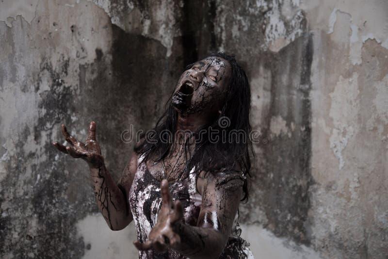 Levande dödflicka i spökat hus royaltyfri fotografi