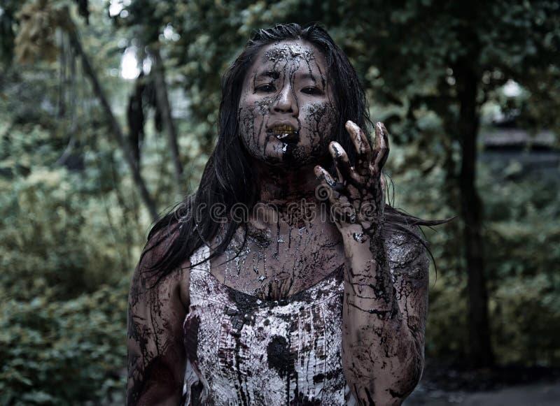 Levande dödflicka i spökat hus fotografering för bildbyråer