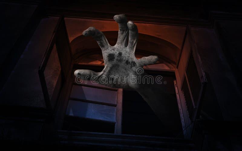 Levande dödhand som stiger ut från det gamla forntida fönstret, spöklik backgroun arkivbild