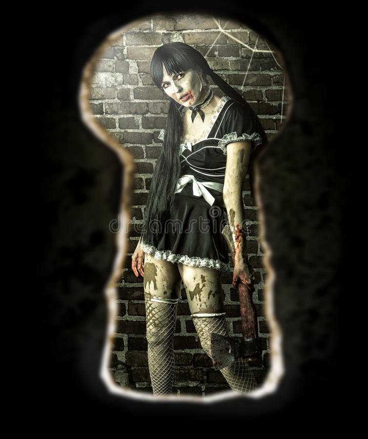 Levande dödkvinna i rummet - sikt av nyckelhålet av dörren arkivfoton
