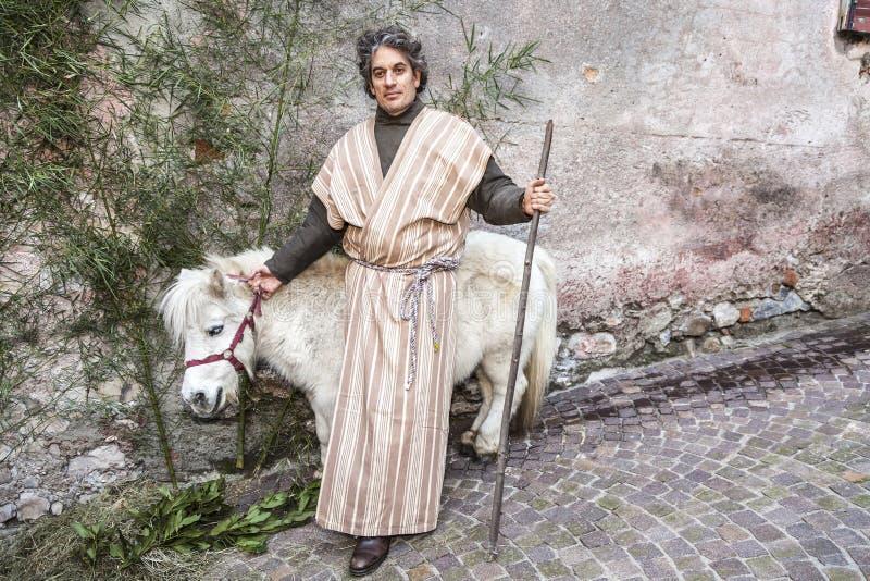 Levande julkrubba som spelas av lokala invånare Reenactment av Jesus liv med forntida hantverk och egenar av de förgångna Joseph  royaltyfri foto