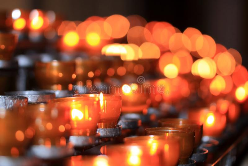Levande ljus tealights i oskarp bakgrund arkivfoto