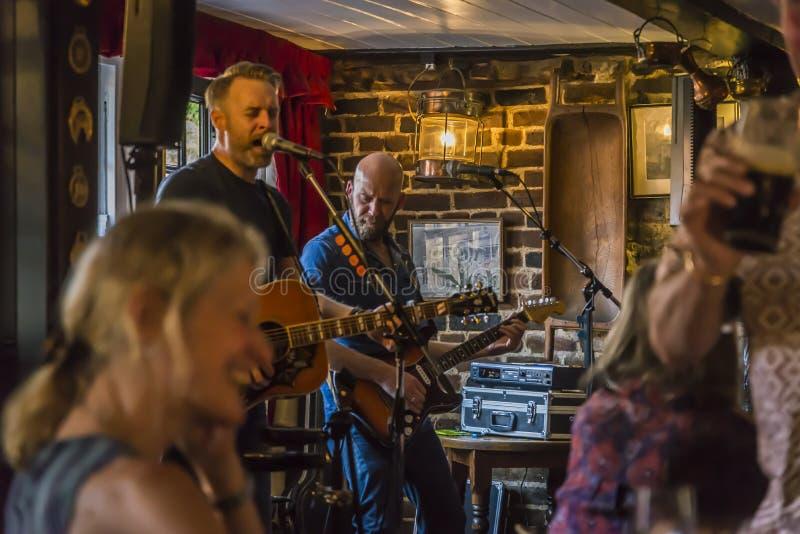 Levande musik i en bar, Rochester, Kent, England, UK arkivfoto