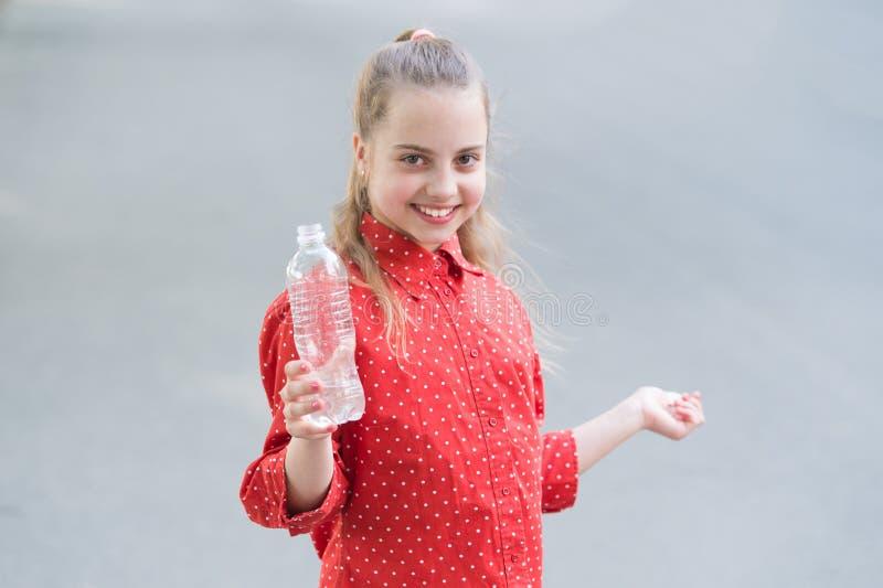 Levande sunt liv Sunt och hydratiserat Flickaomsorg om h?lsa och vattenj?mvikt F?r h?llvatten f?r flicka gullig gladlynt flaska fotografering för bildbyråer