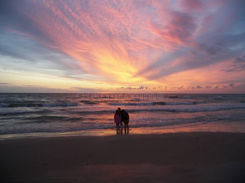 Levandosi in piedi sulla spiaggia immagine stock