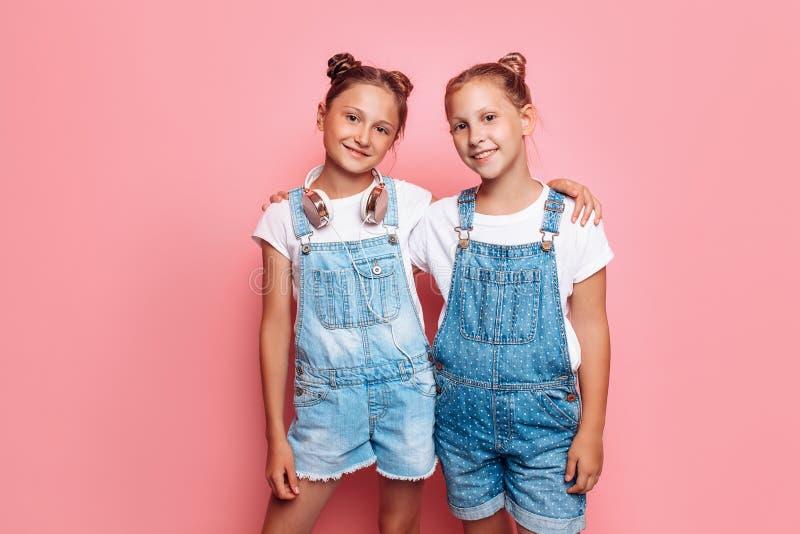 Levantamento à moda de dois adolescentes fotografia de stock