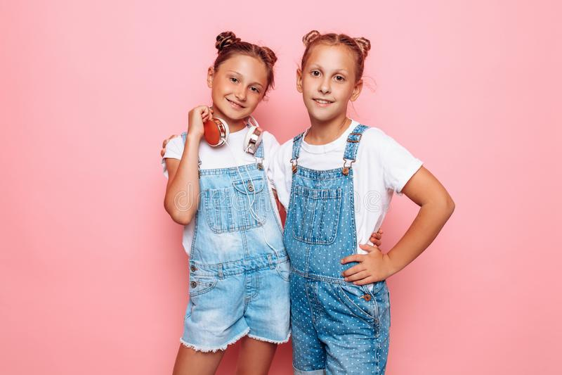Levantamento à moda de dois adolescentes fotos de stock royalty free