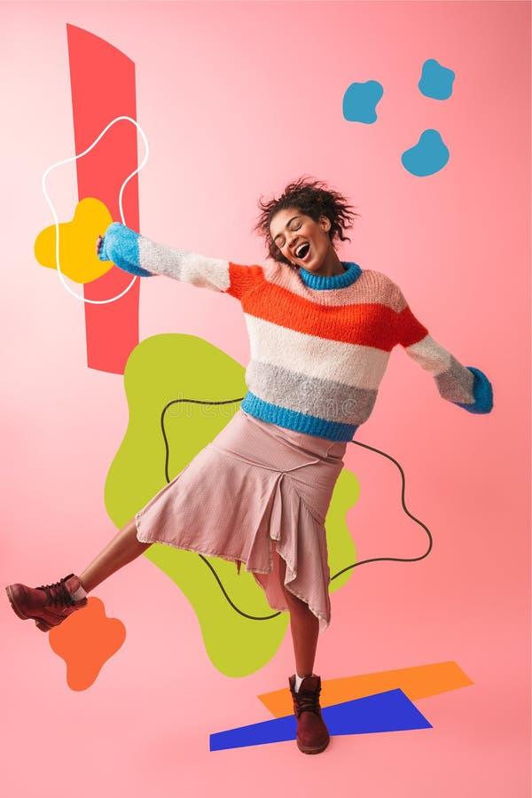Levantamento africano novo bonito da mulher isolado sobre o fundo cor-de-rosa da parede foto de stock