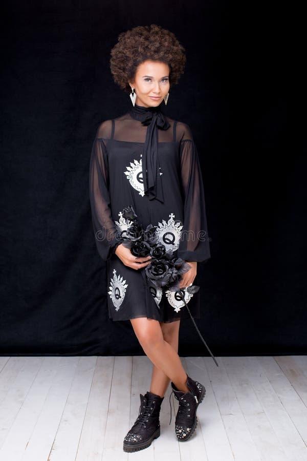 Levantamento afro elegante da mulher imagem de stock
