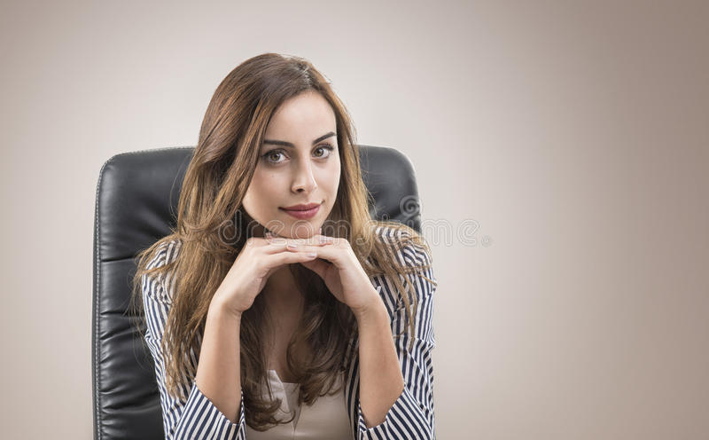 Levantamento atrativo novo da mulher de negócios imagens de stock royalty free