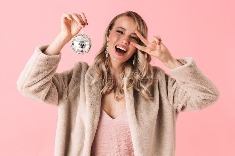 Levantamento bonito da mulher isolado sobre os acessórios vestindo e a joia do fundo cor-de-rosa da parede que guardam o mini bri fotografia de stock royalty free